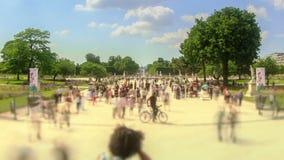 Enfoque de París del lapso de tiempo del tráfico peatonal de la ciudad