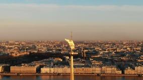 Enfoque del carro del efecto de Angel Peter y de Paul Fortress - el centro histórico de St Petersburg, tiroteo aéreo almacen de metraje de vídeo