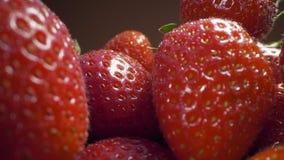 Enfoque del carro a las fresas maduras frescas, cocinando la fresa, tiroteo macro de la comida, HQ lleno 422 60p de HD Prores almacen de video