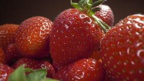 Enfoque del carro a las fresas maduras frescas, cocinando la fresa, tiroteo macro de la comida, HQ lleno 422 60p de HD Prores metrajes