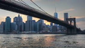 Enfoque del puente de Brooklyn como baja la noche almacen de video