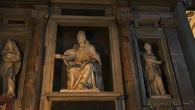 Enfoque en el tiro de una estatua de un maggiore interior de Santa María de la basílica del papa, Roma almacen de video