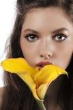 Enfoque en una cara de las muchachas con una cala amarilla imagen de archivo libre de regalías