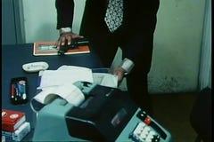 Enfoque entrega la eliminación del arma de cajón y la ocultación debajo de la revista almacen de video