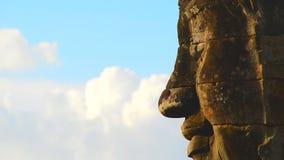 Enfoque fuera de la talla de piedra de la cara de Buda en la pared del templo - Angkor Wat Temple Cambodia metrajes