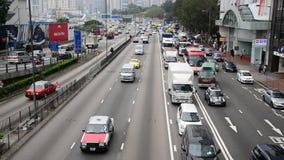 Enfoque fuera de la visión de arriba - lapso de época del tráfico en Hong Kong Freeway ocupado almacen de video