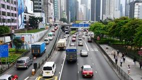 Enfoque fuera de la visión de arriba - lapso de época del tráfico en Hong Kong Freeway ocupado almacen de metraje de vídeo