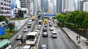 Enfoque fuera de la visión de arriba - tráfico en Hong Kong Freeway ocupado almacen de metraje de vídeo