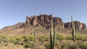 Enfoque fuera de las montañas de la superstición, Arizona almacen de video