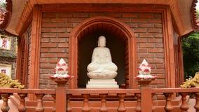 Enfoque fuera de Tran Quoc Pagoda Temple en Hanoi Vietnam metrajes