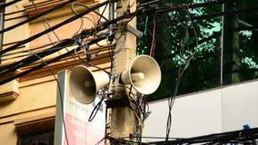Enfoque fuera del altavoz de la propaganda en el teléfono poste - Ho Chi Minh City almacen de video
