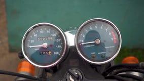 Enfoque fuera del velocímetro de la motocicleta almacen de metraje de vídeo