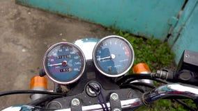Enfoque fuera del velocímetro de la motocicleta almacen de video