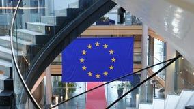 Enfoque hacia fuera de bandera azul de la unión europea con las estrellas amarillas almacen de metraje de vídeo