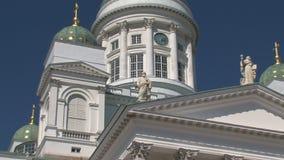 Enfoque hacia fuera de la catedral de Helsinki en Finlandia almacen de video