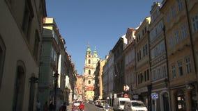Enfoque-hacia fuera de la iglesia de San Nicolás, Praga almacen de video