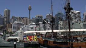 Enfoque hacia fuera de Sydney Tower al museo marítimo nacional del puerto querido en Sydney almacen de metraje de vídeo