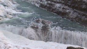 Enfoque-hacia fuera de una cascada almacen de metraje de vídeo