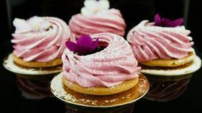 Enfoque hacia fuera del pequeño grupo de galletas rosadas de la melcocha metrajes