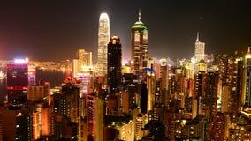 Enfoque hacia fuera/lapso de tiempo de Hong Kong Skyline y de Victoria Harbour en la noche metrajes