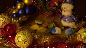 Enfoque hacia fuera que enfoca cerca para arriba dentro Decoración de la Navidad y del Año Nuevo Fondo borroso extracto del día d metrajes