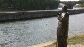 Enfoque-hacia fuera y la estatua de la armonía, Praga del cisne almacen de video