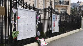 Enfoque lateral hacia fuera de los juguetes y de las flores a la fachada de la embajada rusa del consulado almacen de metraje de vídeo