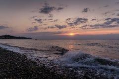 Enfríe hacia fuera la puesta del sol de la línea de la playa Fotos de archivo libres de regalías