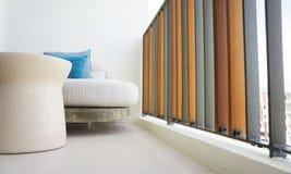 Enfríese hacia fuera en ablandan el sofá alrededor de balcón colorido Fotografía de archivo libre de regalías