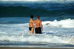 Enfrentando a onda junto Foto de Stock