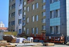 Enfrentar da fachada ventilada de construção fotografia de stock