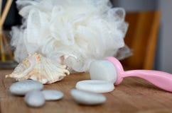 Enfrente a escova, o sabão e a esponja de limpeza para procedimentos dos termas foto de stock royalty free