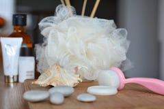 Enfrente a escova, o sabão e a esponja de limpeza para procedimentos dos termas fotografia de stock