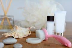 Enfrente a escova, o sabão e a esponja de limpeza para procedimentos dos termas fotos de stock
