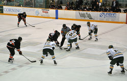 Enfrente fora no jogo do hóquei do gelo Fotografia de Stock