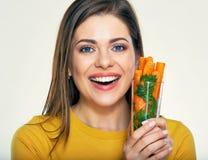 Enfrente o retrato da jovem mulher de sorriso com a cenoura no vidro fotografia de stock royalty free