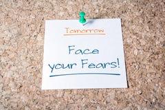 Enfrente seu lembrete dos medos para o amanhã no papel fixado em Cork Board foto de stock royalty free