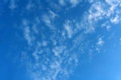 Engångs- blåa fluffiga moln drog åt fullständigt all himmel över havet som solen inte är synlig ännu, det bak horisonten, men str fotografering för bildbyråer