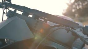 Eng gezicht van een zwarte motorfiets met zonsondergang stock videobeelden