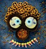 Eng mensengezicht van traditionele snoepjes voor Halloween stock foto's