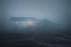 Eng oud benzinestation bij nacht stock foto