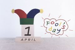 Engaña el día del `, fecha 1 de abril en calendario de madera Foto de archivo libre de regalías