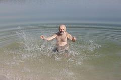 Engañando alrededor en el agua, divirtiéndose y asperja Foto de archivo