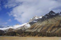Engadin谷在有雪的瑞士Sils玛丽亚村庄在阿尔卑斯山和冻湖 库存照片