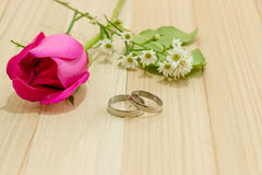 Engage Ring put near Red roses on wood background Royalty Free Stock Photos