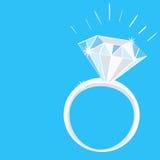 Engagement Diamond Ring avec des étincelles sur le fond bleu Photographie stock