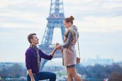 Engagement romantique à Paris images libres de droits