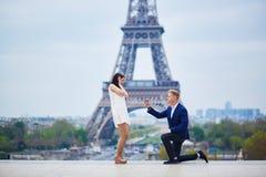 Engagement romantique à Paris photo stock