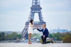 Engagement romantique à Paris photographie stock libre de droits