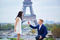 Engagement romantique à Paris photos stock